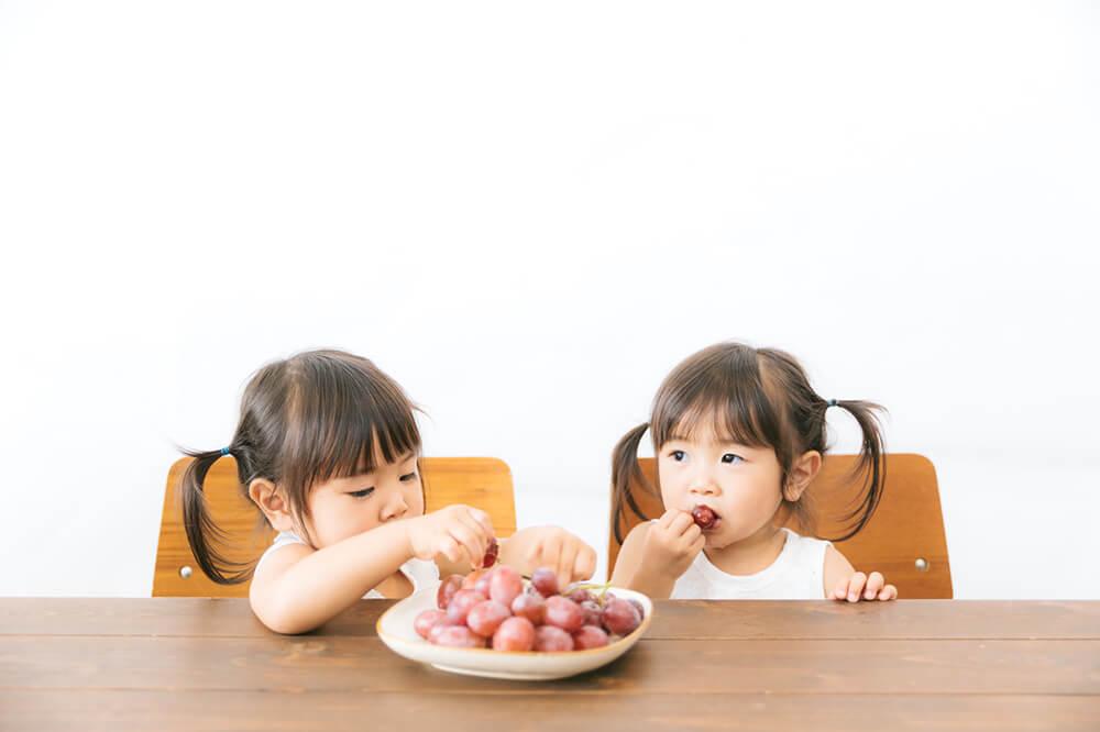 子供がおやつを食べるイメージ